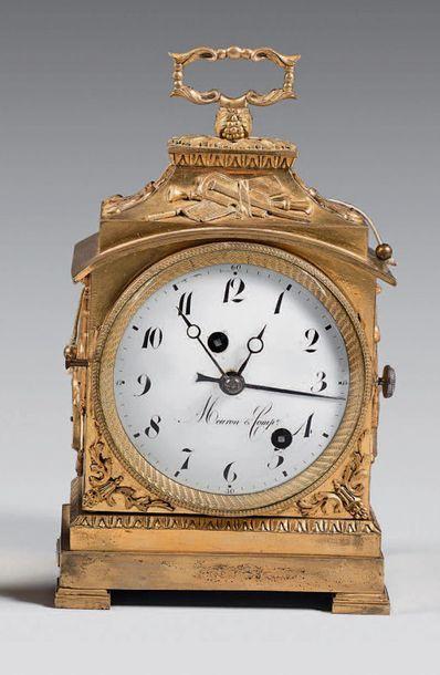 Pendule de table en bronze doré ornée de...