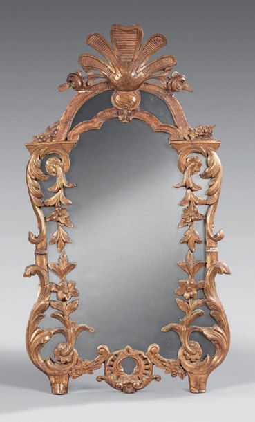 Miroir en bois redoré de forme mouvementée...