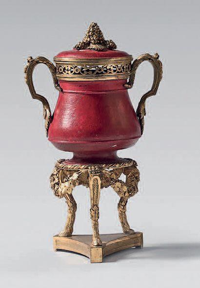 Vase pot-pourri en tôle laquée rouge à riche...