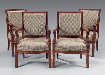 Suite de quatre fauteuils à dossier carré...