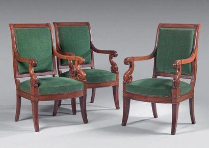 Suite de trois fauteuils en acajou à dossier...