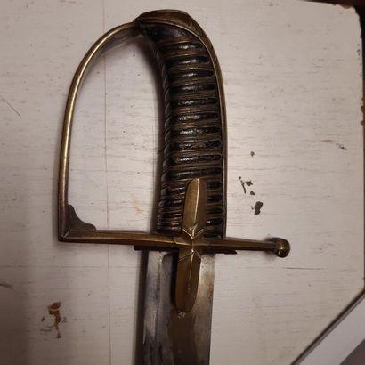 Sabre de hussard modèle 1790. Poignée recouverte de basane avec filigrane. Monture...