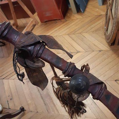 Sabre court du Niger. Poignée, fourreau et suspentes en cuir coloré. Lame courbe...