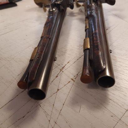 Paire de pistolets à silex d'officier. Canons ronds à méplats sur le dessus et aux...