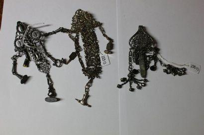 Lot comprenant : deux châtelaines en métal...