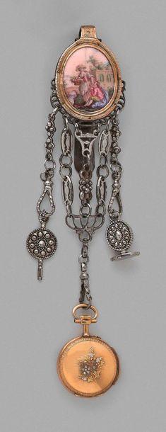 Châtelaine en métal, orné d'un médaillon...