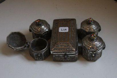 Nécessaire à bétel (?) en métal argenté,...