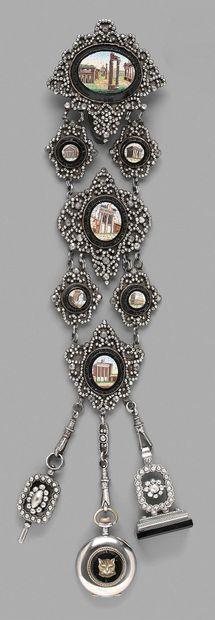 Châtelaine en métal argenté ornée de médaillons...