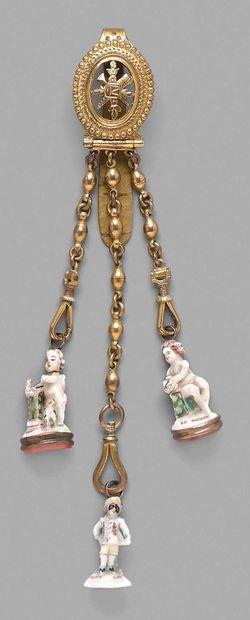 Châtelaine en métal doré ajouré à décor d'un...
