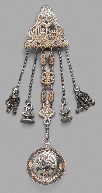 Châtelaine en acier décorée d'un médaillon...