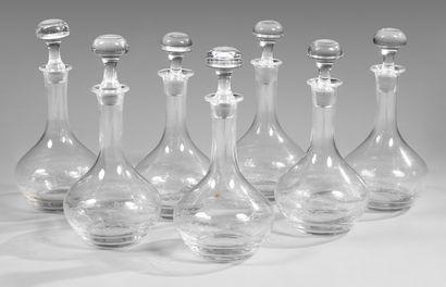 Suite de sept carafes en cristal gravé d'une...