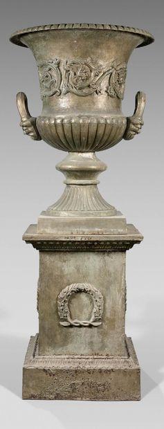 Très grand vase Médicis sur socle rectangulaire...