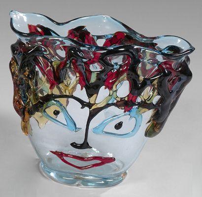 Vase lenticulaire orné d'un visage en pâte...