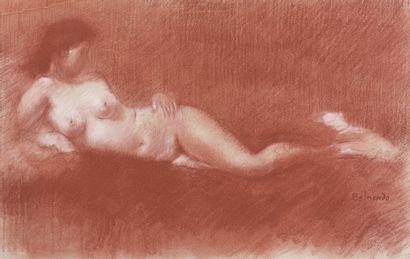 Paul BELMONDO (1898-1982) Nu allongé accoudé Sanguine, signée vers le bas à droite....
