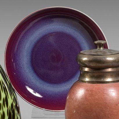 Coupe en porcelaine aubergine. Diamètre :...