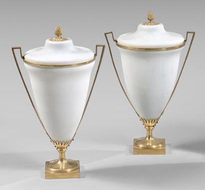 Paire de vases couverts tronconiques en opaline...