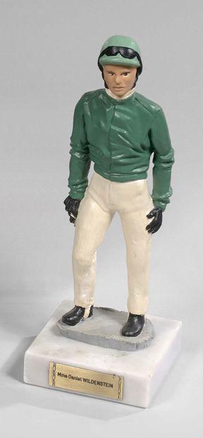 Statuette de driver portant les couleurs de Sylvia Wildenstein sur un socle en marbre....