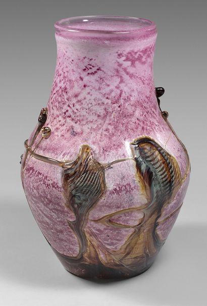Grand vase balustre en pâte de verre à décor...