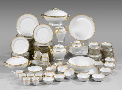 Service en porcelaine blanche à bord doré...