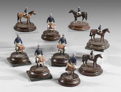 Neuf statuettes de jockeys en étain polychrome...