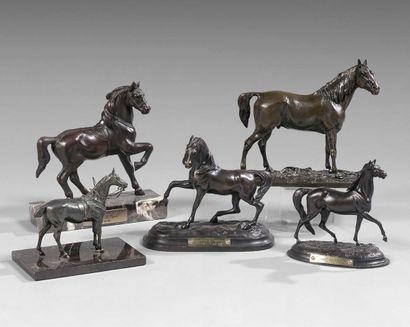 Cinq statuettes de chevaux en bronze patiné,...