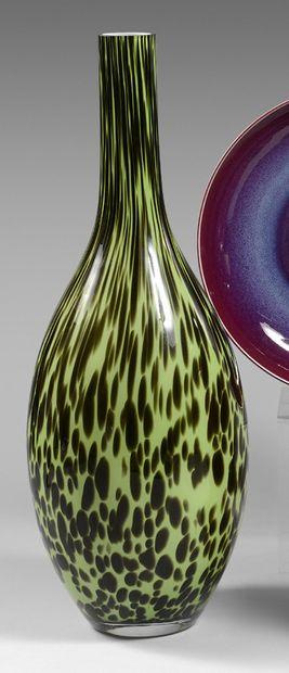 Grand vase piriforme en verre vert moucheté....