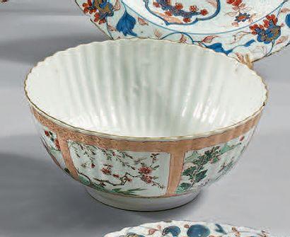 Bol côtelé en porcelaine décorée en émaux...