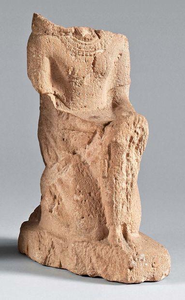 Statuette représentant un personnage maophore...