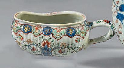 Bourdaloue en porcelaine décorée en bleu...