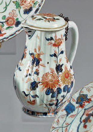 Verseuse couverte en porcelaine décorée en...