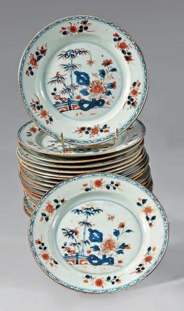 Suite de dix-neuf assiettes en porcelaine...
