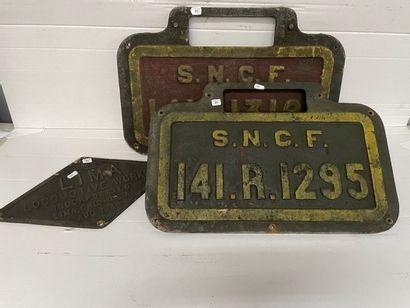 Trois plaques en fonte de locomotive SNCF...
