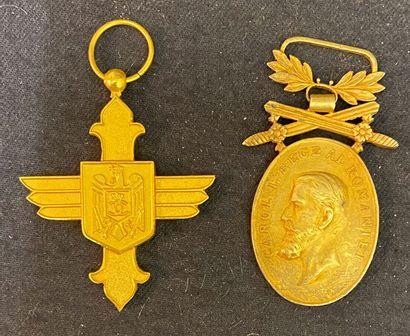 Roumanie - Lot de deux : une croix d'or de...