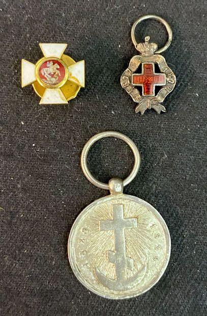 Russie - Lot de trois miniatures : une croix...