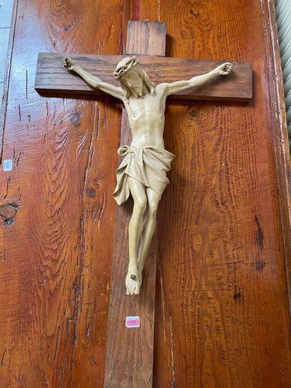 Crucifix en bois peint.