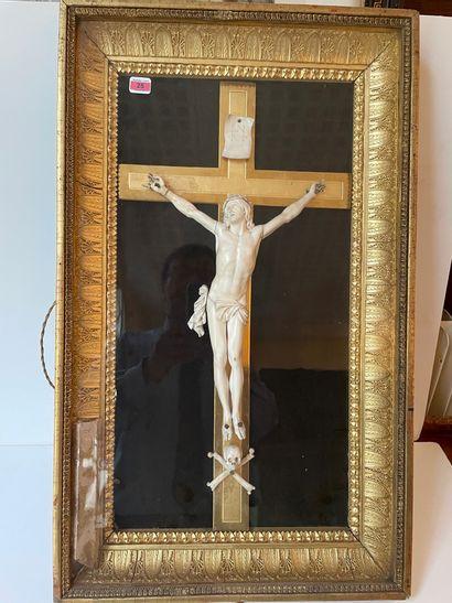 Crucifix en ivoire, avec memento mori, dans...