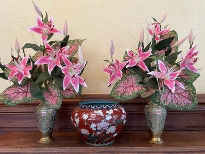 Pot à décor cloisonné de branchages fleuris....