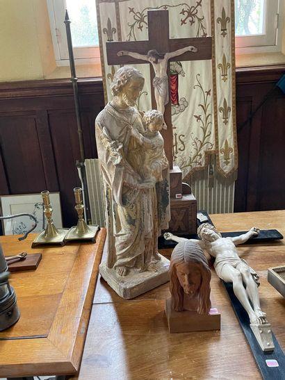 Crucifix en céramique (accidentée) sur une...