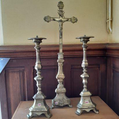 Croix d'autel et paire de piquecierges en...