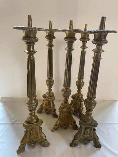Cinq pique cierges en bronze repoussés de...