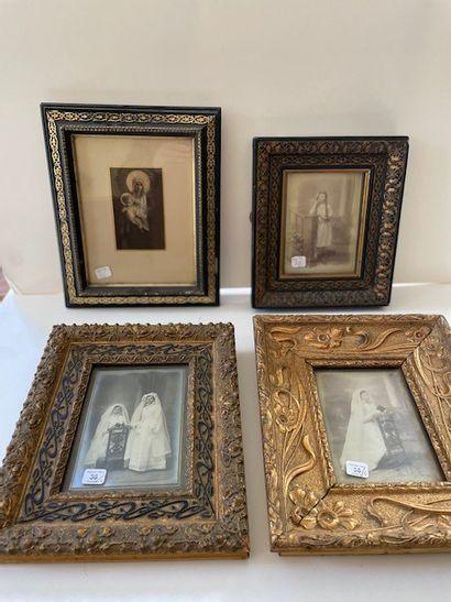 Quatre photographies, encadrées.
