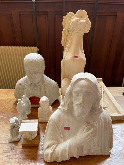Trois moulages, chapiteau et quatre statuettes...