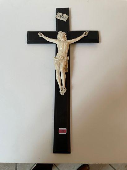 Crucifix en ivoire sur une croix en bois...