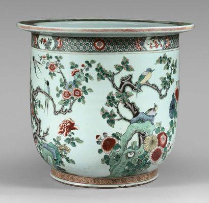 Grand cache-pot en porcelaine de Chine orné...