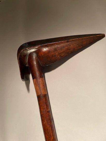 Massue à bec d'oiseau Kanak, Nouvelle Calédonie. Bois dur à patine brun foncé brillante....