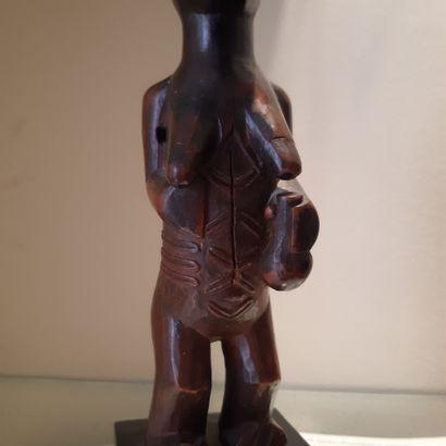 Fétiche Bembe, République Démocratique du Congo. Bois à patine brune nuancée rouge....