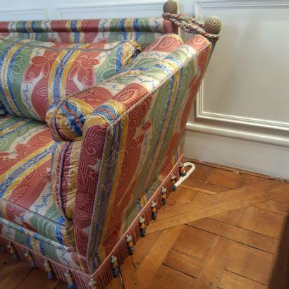 Canapé moderne, les côtés retenus par une cordelette. Ceinture ornée d'une frange....