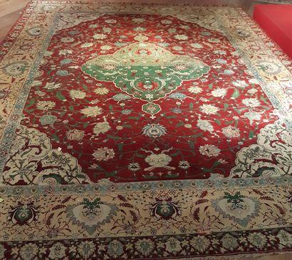 Grand tapis orné d'un médaillon polylobé...