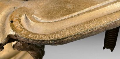 Paire de chenets en bronze redoré ornés de lions héraldiques sur une base rocaille,...