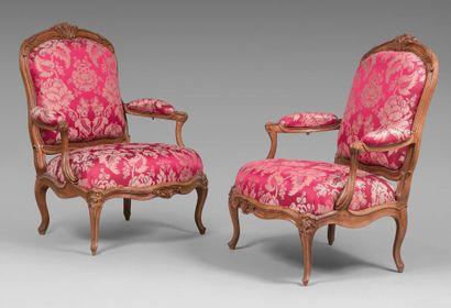 Paire de larges fauteuils à châssis à assise...